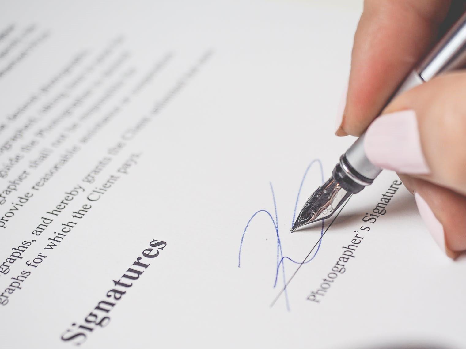 Le Décret 2020-1310 du 29.10.2020 autorise la réception des  clients pour la signature des actes.